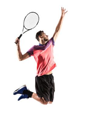 젊은 남자가 흰색으로 격리 테니스를하고있다