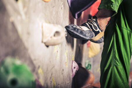 Close-up Bild der männlichen Fuß auf Kletterwand