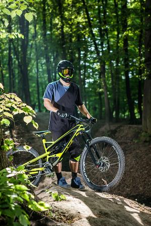 Deportes extremos. Bicicleta de montaña. Estilo de vida saludable y aventura al aire libre Foto de archivo
