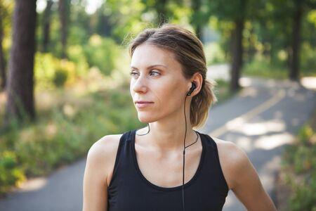 Fitness sportliche Frau läuft im Park, gesunde Lebensweise Konzept