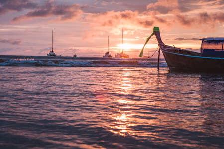 Traditional thai boat at sunset beach. Ao Nang, Krabi province. Standard-Bild