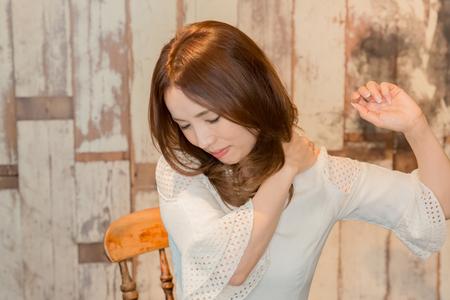 首の後ろの痛みを持つ女性 写真素材