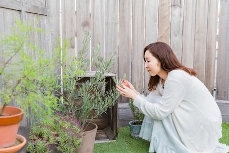 外で庭いじりをする女性 写真素材