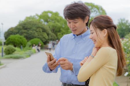 Couple using smart phone Zdjęcie Seryjne
