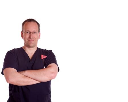 Fysiotherapeut met een reflex hamer op een witte achtergrond