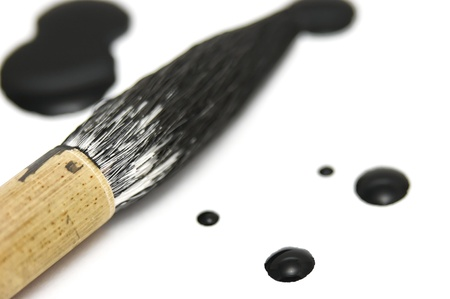 Zwarte chinese inkt stippen met een kalligrafieborstel rusten in de buurt. Dit is een close-up macro geschoten met een zeer geringe scherptediepte. Stockfoto