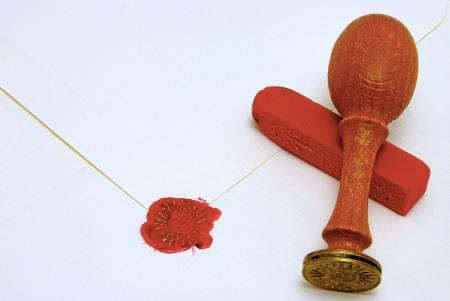 signet: Sello de cera estampada en tinta roja y oro para sellar un sobre de pergamino