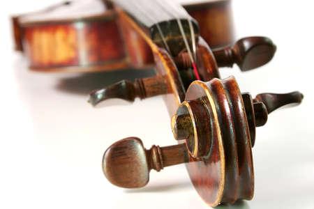 Violino antico su uno sfondo bianco Archivio Fotografico - 18483111