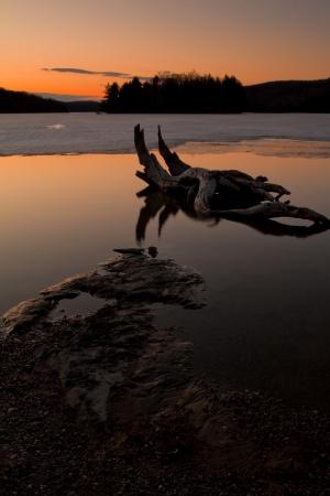 Coucher du soleil de printemps sur un lac glacé en partie Banque d'images - 18590168