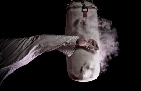 patada: Karate patada circular en un saco de boxeo
