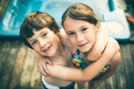 兄と妹、ジャグジーの前で水着を抱いて