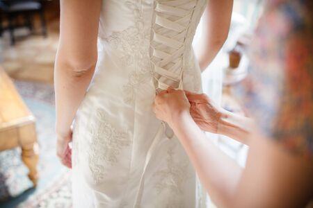 vistiendose: Novia de vestirse el d�a de su boda Foto de archivo