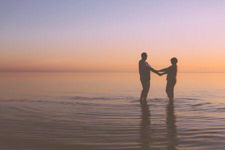 Senior couple walking holding hands at sunset 版權商用圖片 - 31700523
