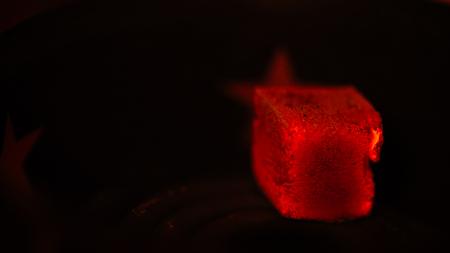 anochecer: Carbón de coco rojo caliente para cachimba