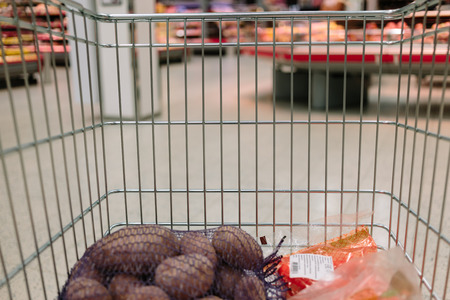 carro supermercado: view from the shopping cart. product in the supermarket trolley