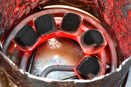 Carbón de coco para narguile en espiral candente. Vista superior. Foto de archivo