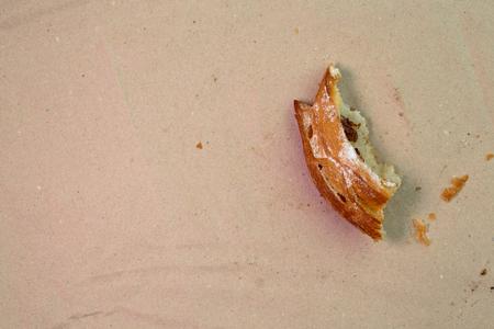 Stuk van muffin met rozijnen op houten textuurachtergrond. Bovenaanzicht.