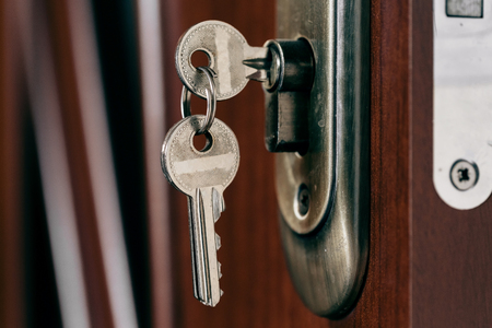 Clés dans la serrure de la porte. Photo d'objet. Banque d'images - 85565929
