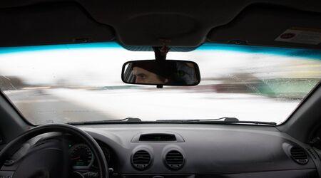 Auto fährt tagsüber auf der Straße Innenansicht