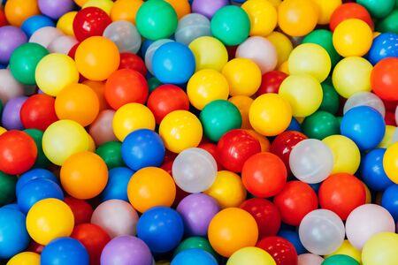 muchas bolas de plástico y de colores de manera caótica