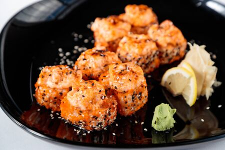 fried Japanese rolls in a black plate Imagens