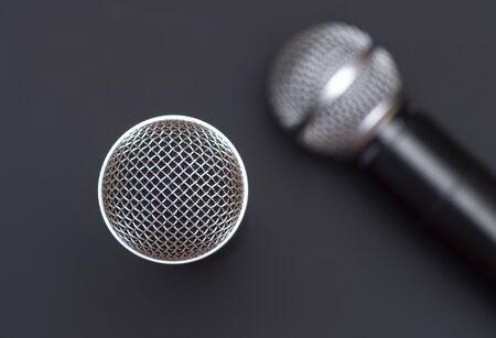 Vista superior de dos micrófonos de karaoke