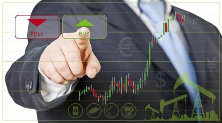 bullish: uomo d'affari apre una posizione lunga cliccando su buy