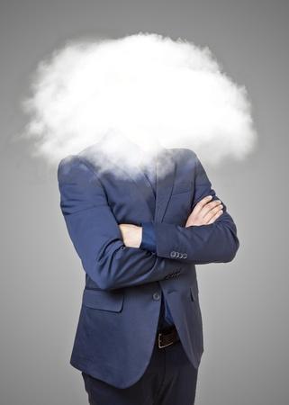 pensador: Hombre de negocios con la cabeza en las nubes sobre un fondo gris