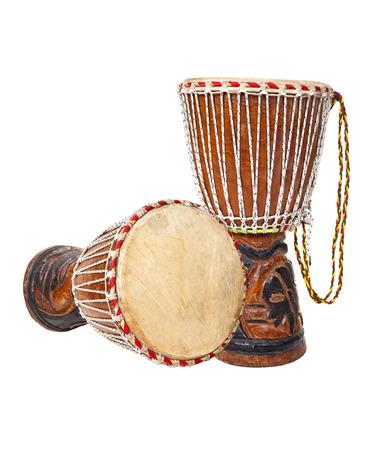 tambor: Dos tambores djembe africano aislado en un fondo blanco