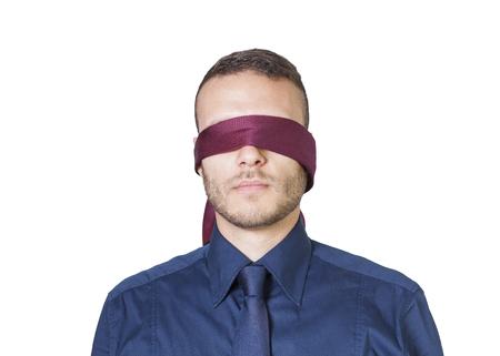 ojos vendados: joven empresario en la venda de los ojos aislados en un fondo blanco