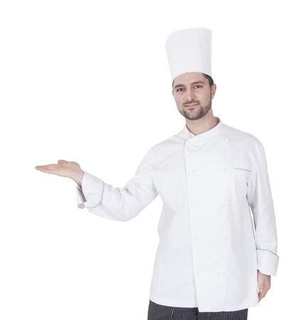 joven caucásico cocina haciendo un gesto con la mano