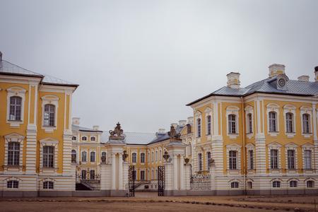 rundale: Rundale Palace. E 'stato costruito nel 1730 su progetto di Bartolomeo Rastrelli. Lettonia