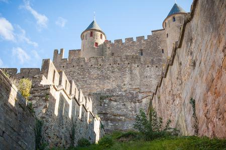La ciudad fortificada de Carcassonne es una ciudadela medieval ubicada en la ciudad francesa de Carcasona Foto de archivo - 90437327