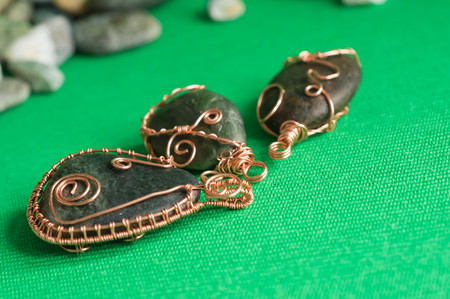 trabajo manual: Algunos pendents de trabajo hecho a mano de una piedra y un cable de cobre