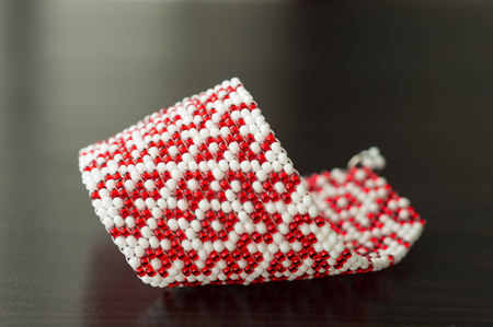 wattled: Wattled bracelet from red and white beads