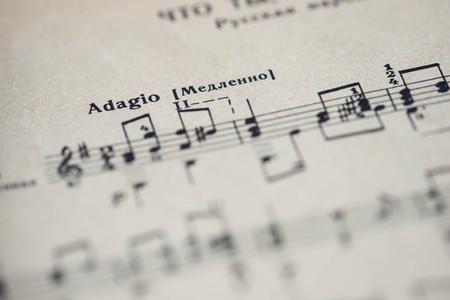 """letras musicales: tempo musical """"Adagio"""" en un libro de música de cerca"""