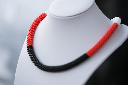 Häkeln Perlen Kette Aus Roten Weißen Und Schwarzen Farbe