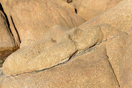 Felsbrocken an der Küste Nahaufnahme. Natursteinhintergrund Standard-Bild
