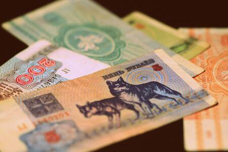 Nieaktualne banknoty rubli białoruskich wyemitowane w latach 90. Pieniądze tło stonowane w stylu retro Zdjęcie Seryjne