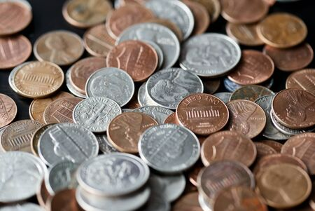 American cents coins are scattered on a black wooden surface. Money background Stockfoto