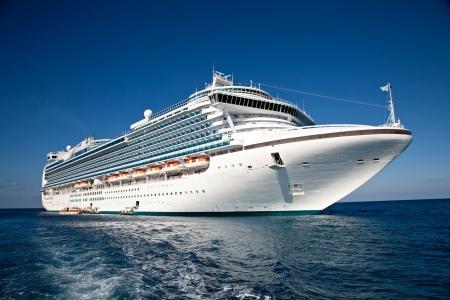 Statek wycieczkowy zakotwiczony na Karaibach Publikacyjne