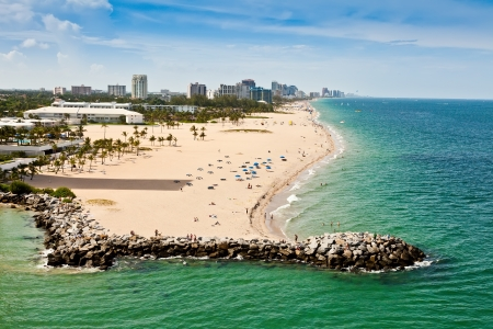 coastline: Lange strook van Ft Lauderdale Beach in Florida met zandstranden en tal van hotels en resorts