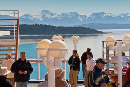 national landmark: Denali National Park, Alaska - 1 giugno 2009: i passeggeri delle navi da crociera dare un'occhiata finale al punto di riferimento nazionale Denali National Park da crociera si prepara a rendere pi�