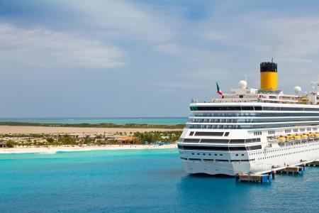 turks: Crucero anclado en el puerto de las Islas Turcas y Caicos en el Caribe