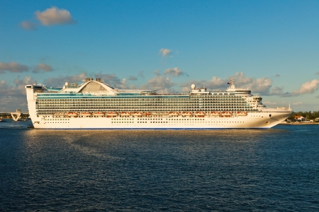 Cruise ship as it departs from Port Everglades, Fort Lauderdale, Florida  Stock Photo - 17679071