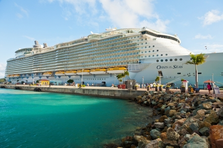 Charlotte Amalie, St. Thomas, US Virgin Islands - Jan. 15, 2013:  Royal Caribbeans largest ship, Oasis of the Seas, anchored in St. Thomas.  The ship set a new record by carrying more than 6,000 passengers. 新聞圖片
