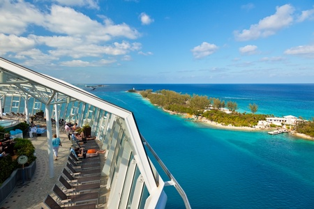Nassau, Bahamas - 13 janvier 2013: Les passagers se détendre comme l'Oasis of the Seas quitte les Bahamas. Le navire, appartenant à la Royal Caribbean, est l'un des plus grands navires au dossier. Banque d'images - 18330002