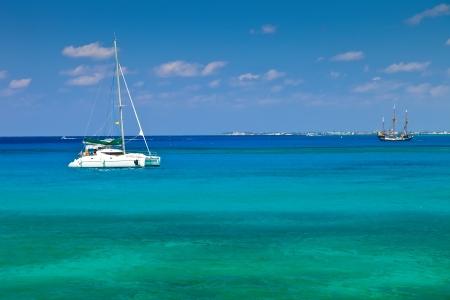 Catamaran grande à Grand Cayman, Îles Caïmans Banque d'images - 18704334