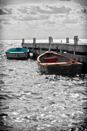 Quai de Petit bateau dans les îles Caïmans, dans le ton noir et blanc Banque d'images - 18854963