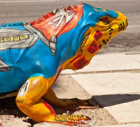 przewymiarowany: Duży malowane statua Iguana